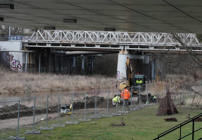 Rozpoczyna się budowa kolejnego odcinka Wartostrady, który powstanie wzdłuż Bramy Poznania. Najnowszy fragment drogi pieszo-rowerowej będzie miał 1,5 kilometra i połączy rejon wiaduktu kolejowego z mostem Mieszka I.