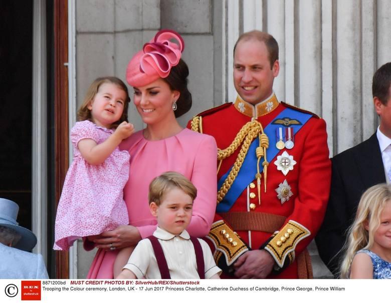 """Kate i William, czyli """"szare życie"""" królewskiej pary: wizyty, uroczystości i podróże. Dużym zainteresowaniem cieszą się ich wspólne wyjścia z małym Georgem"""