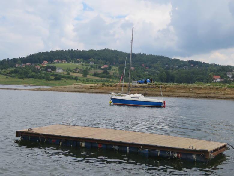 Zbiornik oficjalnie jest wciąż zamknięty, ale po wodzie pływają już pierwsze żaglówki, WOPR stawia siedzibę. Ludzie chcą tu się kąpać