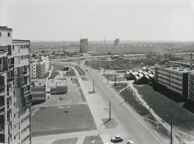 Ulica Zana jeszcze bez centrum handlowego E. Leclerc. Po lewej przychodnia i czteropiętrowy blok przy ul. Skierki 1.
