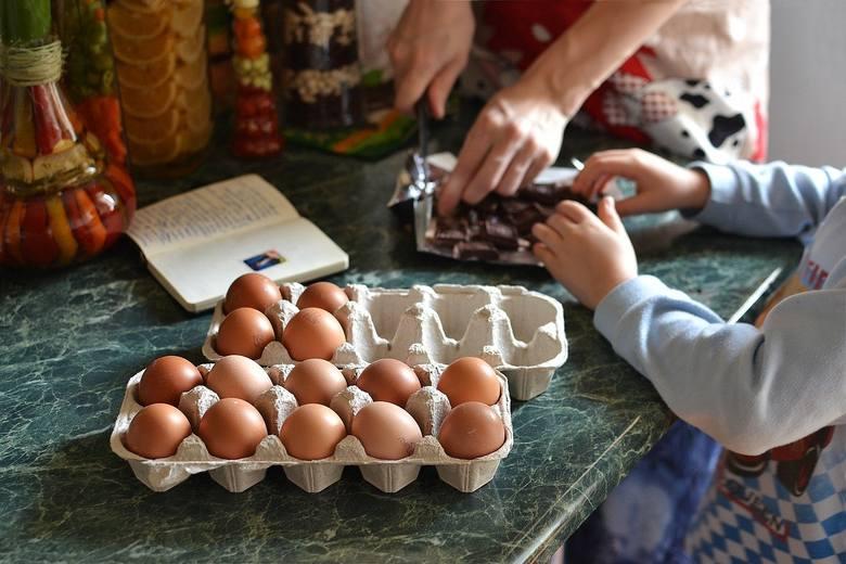 Wspólne przygotowywanie potraw do świetna zabawa dla dzieci.