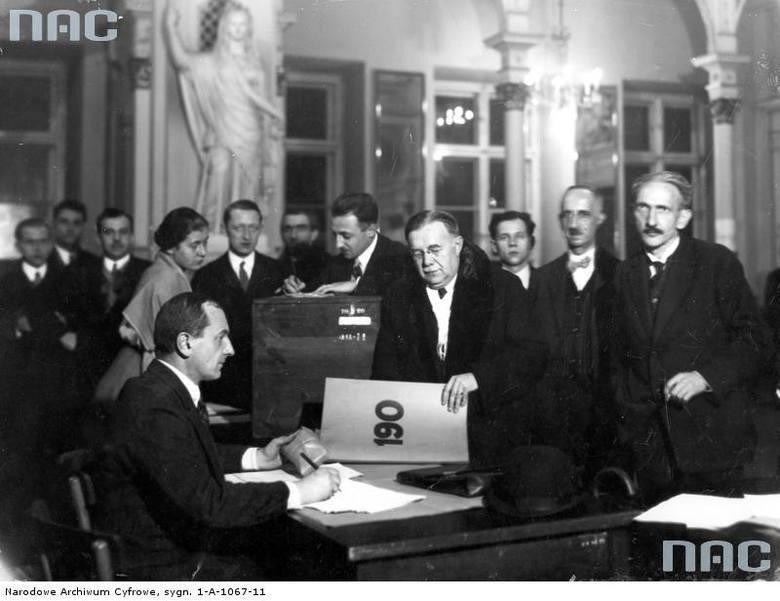 Przewodniczący 190 obwodu Władysław Walter składa kartki wyborcze w okręgowej komisji wyborczej