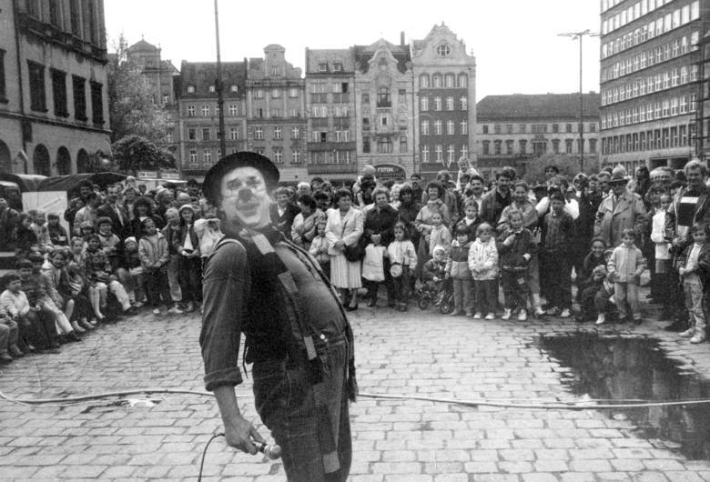 10 maja 1992, popołudnie na wrocławskim Rynku. Mieszkańców bawi znany aktor Stanisław Wolski