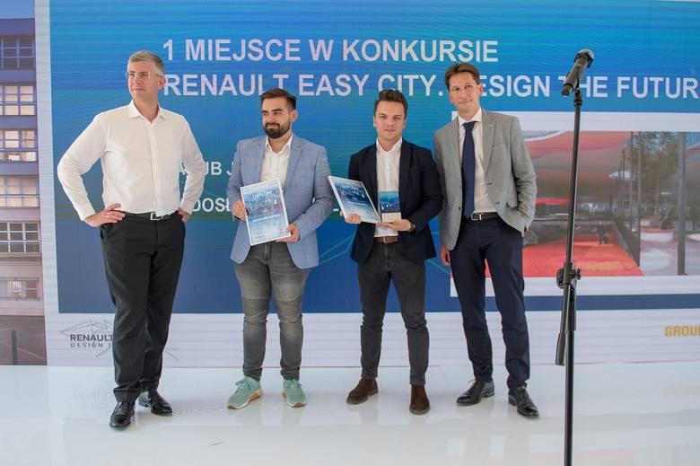 Zwycięzcy konkursu (w środku), przewodniczący jury Vincent Carré, Dyrektor Generalny Terytorium East Renault Timothy Manuel