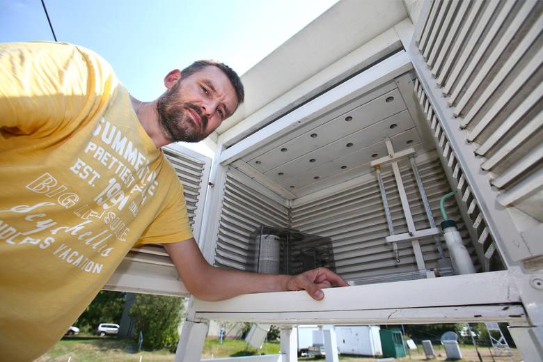Klimatolog, dr Marek Błaś, regularnie sprawdza temperaturę w specjalistycznej aparaturze