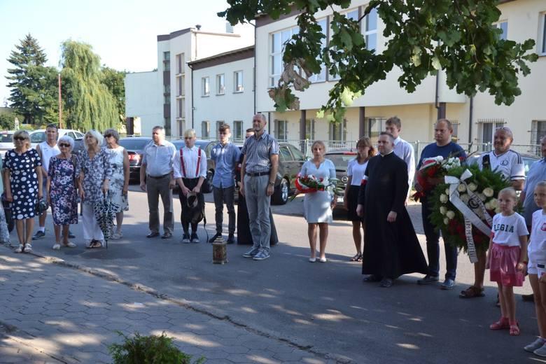 Dziś w Lipnie tuż po godzinie siedemnastej, gdy tylko ucichły syreny, przedstawiciele władz samorządowych, zakładów pracy i stowarzyszeń złożyli kwiaty