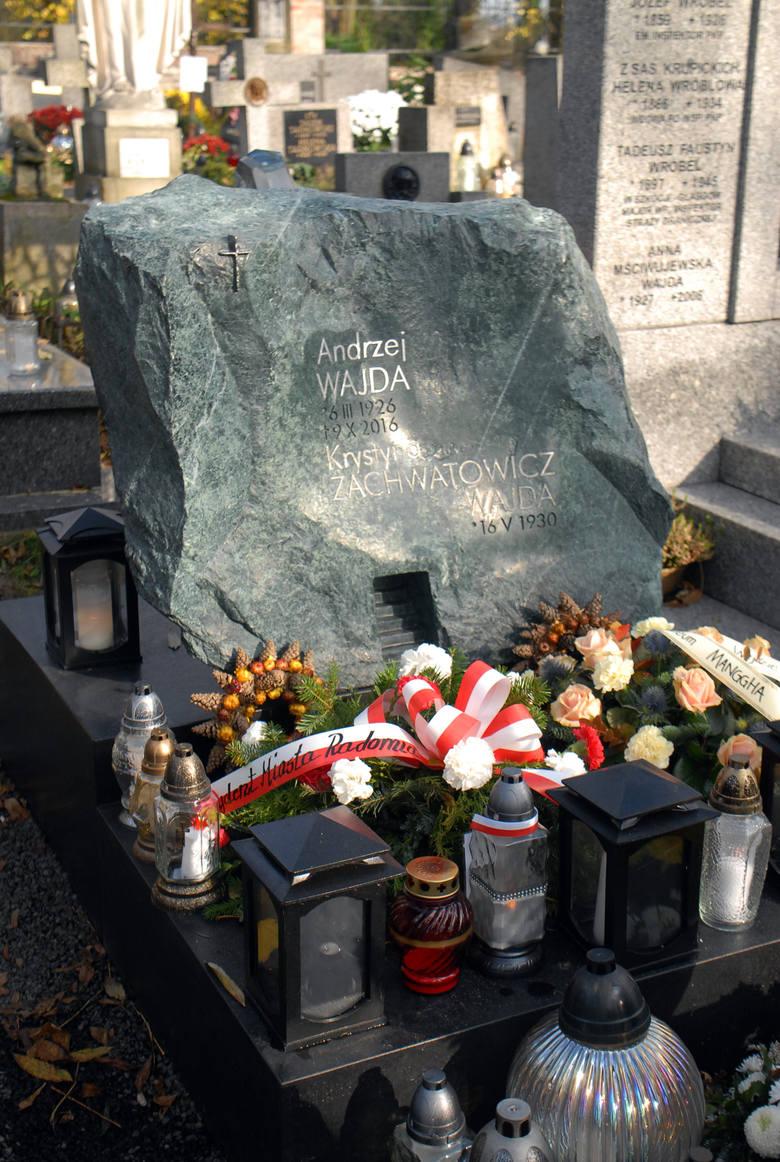 Andrzej Wajda - wybitny reżyser filmowy i teatralny. Spoczywa na cmentarzu Salwatorskim. Lokalizacja grobu: sektor SC3, rząd 8, grób 19