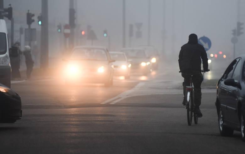 Mgła, deszcz, śnieg. Jak zachować bezpieczeństwo jazdy?
