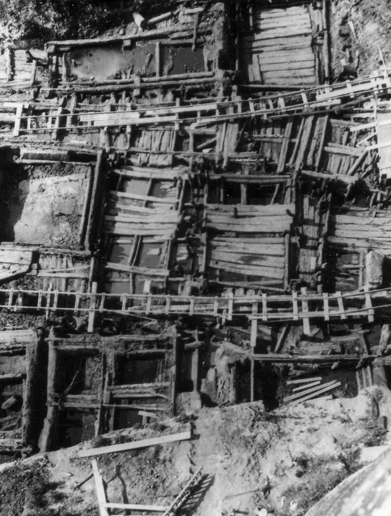 Dzisiejsze dziewczyny też nie wzgardziłyby takim pierścionkiem.Fragment  średniowiecznego Opola. Fundamenty domów i ulice.