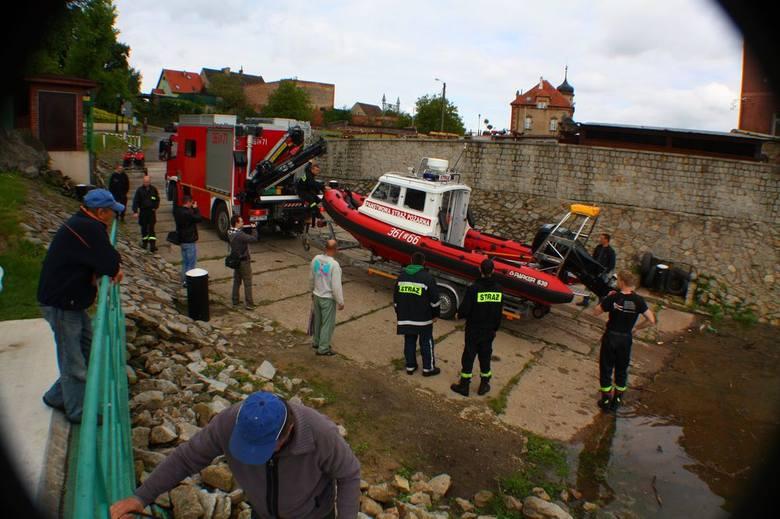 W porcie już od rana zaroiło się od mundurowych. - Z Nowej Soli są trzy osoby z PSP i dwie z ratownictwa wodnego, OSP Bytom Odrzański to cztery osoby,