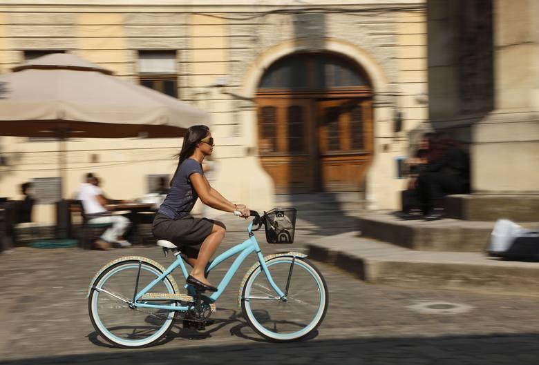 Rowery miejskie mają szeroką kierownicę i wygodne siodełko. Dzięki temu sylwetka podczas jazdy jest wyprostowana, co przekłada się na większy komfor