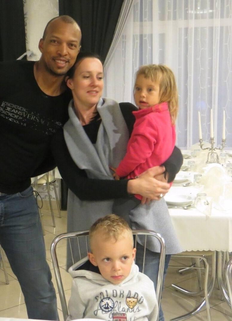 Były piłkarz Korony Kielce Hernani Jose da Rosa z żoną Anną oraz dziećmi 6-letnim Erickiem i 3-letnią Sarę