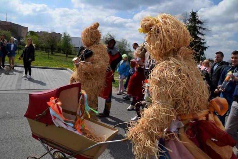W Poniedziałek Wielkanocny ulicami Czerniejewa przeszedł tradycyjny pochód z niedźwiedziem. Dobra pogoda sprzyjała temu, żeby w wydarzeniu udział wzięło