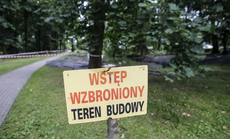 W poniedziałek w parku na Słocinie rozpoczęło się odmulanie stawów.