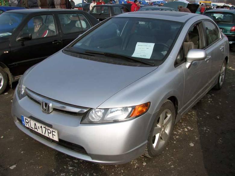 Honda CivicSilnik 1,8 benzyna. Rok produkcji 2007. Wyposazenie: automatyczna skrzynia biegów, wspomaganie kierownicy, ABS, poduszki powietrzne, pelna