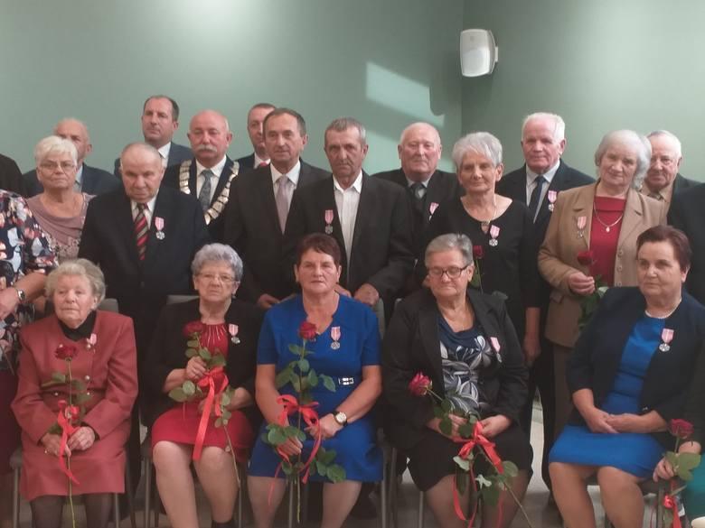 W sobotę, w gminie Lipnik wójt Andrzej Grządziel wręczył 13 parom medale z okazji 50-lecia pożycia małżeńskiego. - To odznaczenia od prezydenta Andrzeja