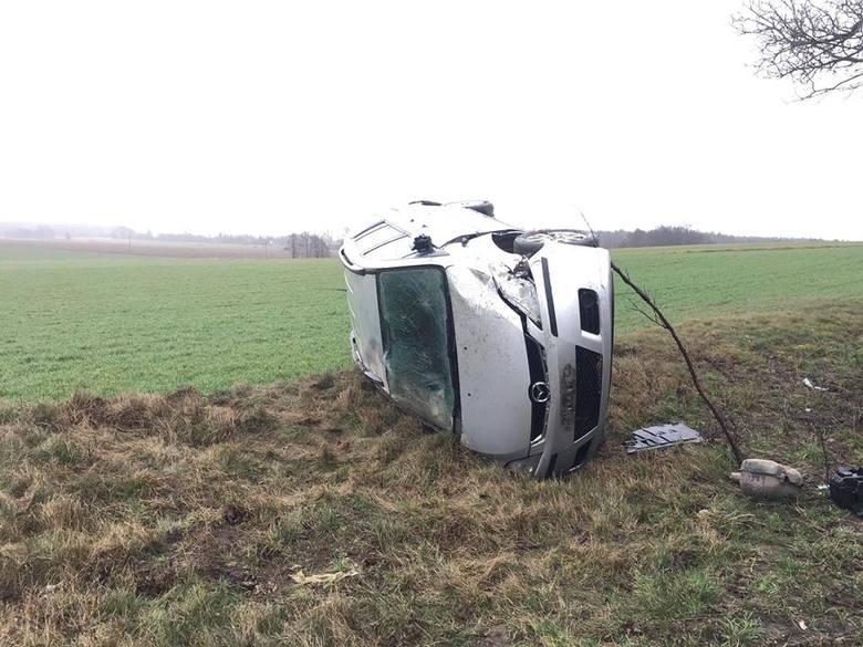 Po godzinie 8 rano w miejscowości Nowa Wieś (powiat sępoleński) dachowała mazda 5, którą podróżowały 4 osoby.Na miejscu zdarzenia interweniowały dwa
