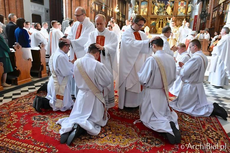 Świecenia kapłańskie w Archikatedrze Białostockiej przyjęli: Dominik Budzicki, Michał Lewkowski, Adam Mariański, Mariusz Okułowicz, Tobiasz Stasiński,