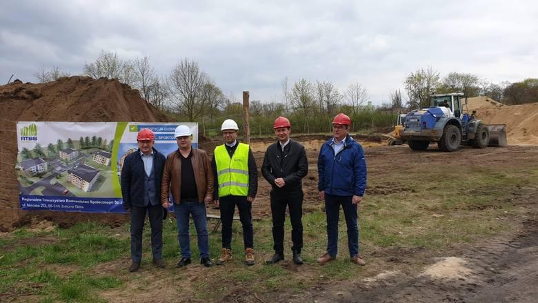 Burmistrz Bartłomiej Bartczak spotkał się z inwestorem i przedstawicielami wykonawcy na budowie.