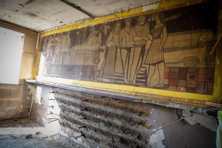 Mural znajdował się pod boazerią w poczekalni dworca PKS. Natrafiono na niego podczas prac rozbiórkowych prowadzonych na terenie dworca PKS w Opolu,