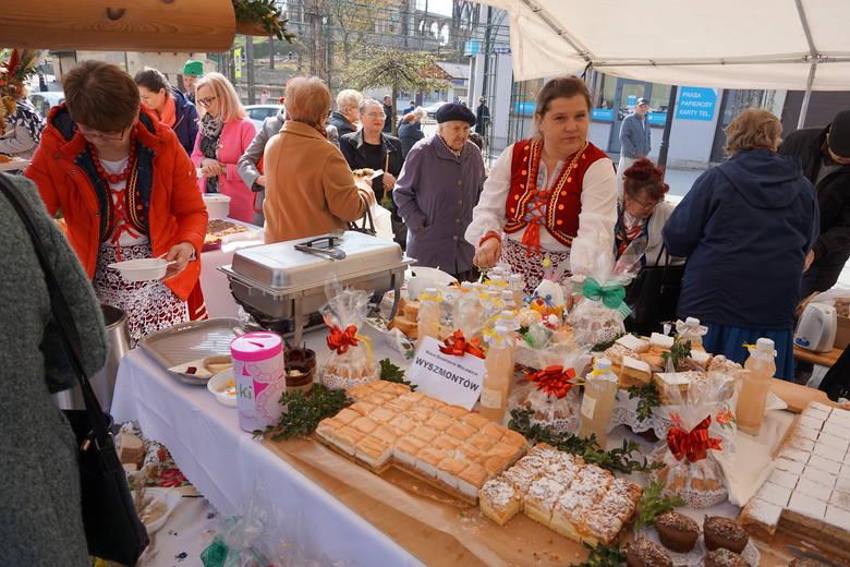 W Rynku w Ożarowie odbyło się śniadanie wielkanocne, w którym uczestniczyli mieszkańcy miasta i gminy. Na stołach pojawiły się wiktuały świąteczne, pisanki,