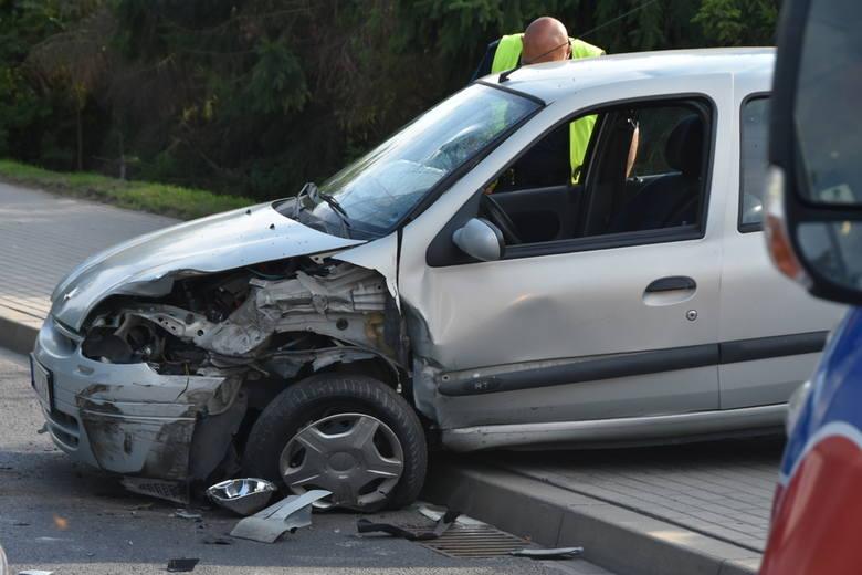 60-letni kierowca opla jadąc w kierunku centrum Grodkowa zjechał na przeciwległy pas ruchu i doprowadził do zderzenia z renault, którym kierował 36-latek.