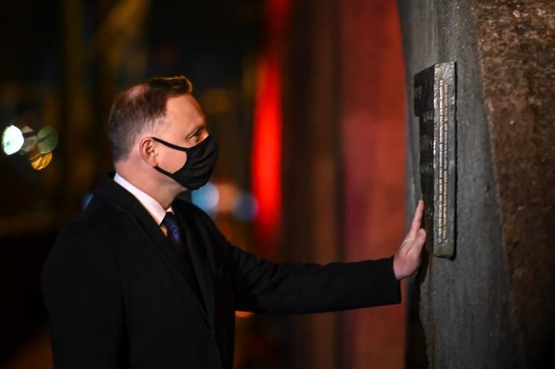 Prezydent Andrzej Duda złożył znicz przed tablicą upamiętniającą wydarzenia z dnia 17.12.1970 r.