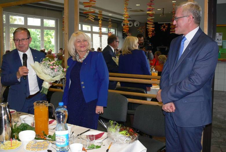 Wiceprezydent miasta Józef Motyka przekazuje kwiaty dla seniorów na ręcę Krzysztofa Kowalczyka