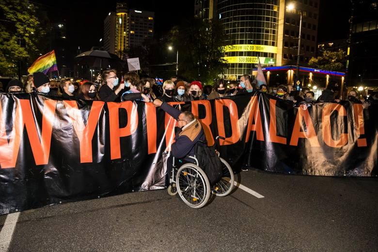 Wyrok Trybunału Konstytucyjnego usuwający możliwość dokonania legalnej aborcji z powodu ciężkiego uszkodzenia płodu, spotkał się z reakcją społeczeństwa. Przez Warszawę, Poznań i wiele innych miast przetoczyły się protesty.