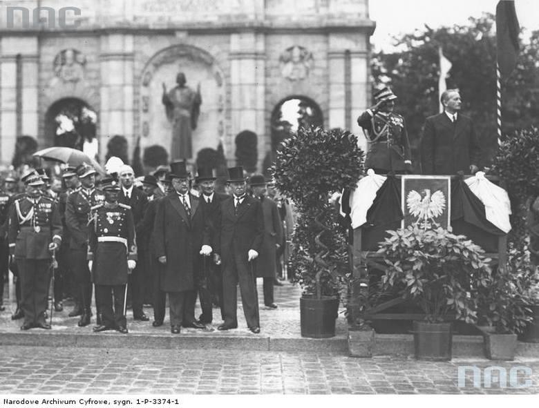 Na trybunie honorowej od prawej stoją: wojewoda poznański Artur Maruszewski, gen. Franciszek Wład. W głębi widoczny pomnik Najświętszego Serca Jezusowego.