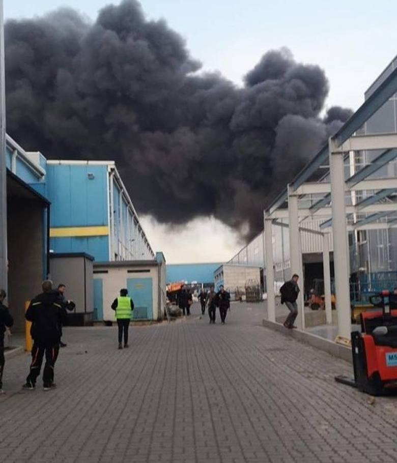 We wtorek o godz. 15.39 strażacy otrzymali zgłoszenie o pożarze hali produkcyjnej firmy Sun Garden w Malanowie. Płonie hala, w której odbywa się proces
