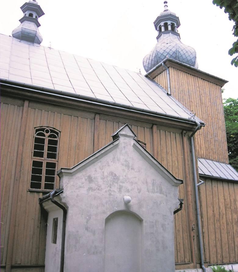 Do kościoła prowadzi murowana brama...