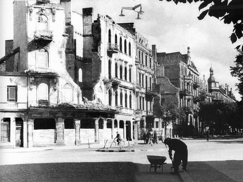 Lato 1946 roku. Skrzyżowanie ulic 1 Maja i Krakowskiej. Ruiny z centrum zniknęły dopiero w latach 50.