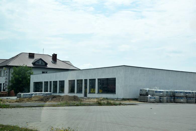 Nowy budynek usługowy przy Kauflandzie i Rossmanie na Widoku