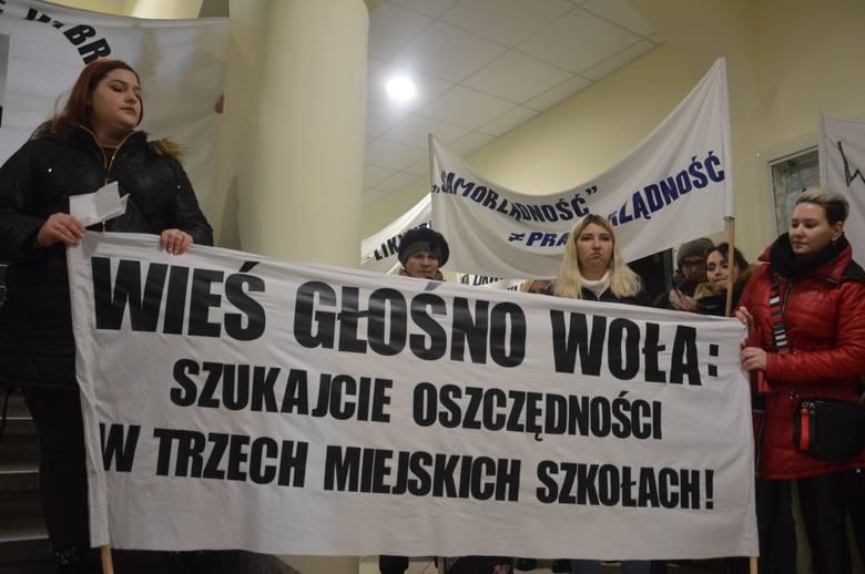 W Miastku protestowali rodzice gminnych szkół (12.02.2020) Domagają się, by ich szkoły działały w pełnym wymiarze