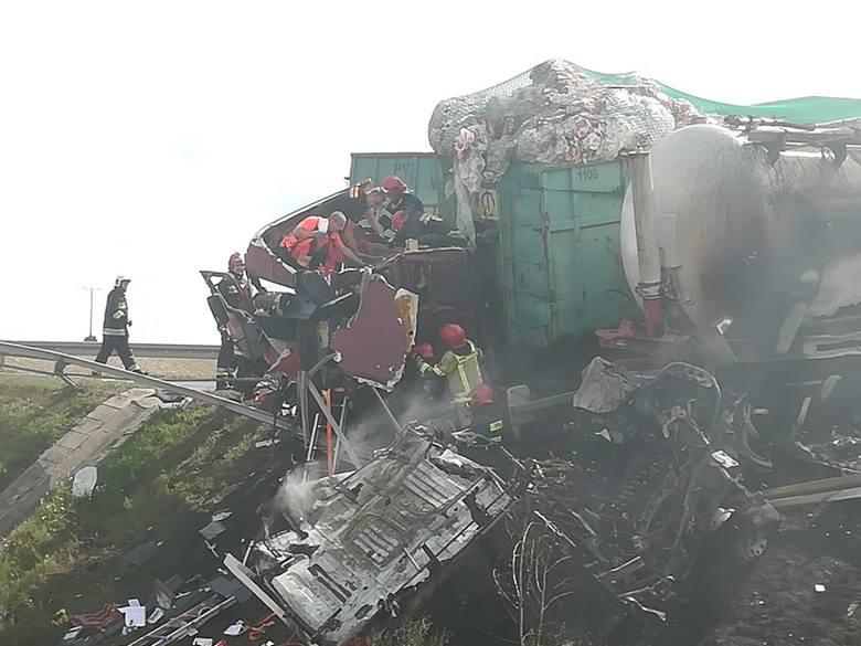Na szczęście cysterna, która brała udział w wypadku, była pusta, nie ma zagrożenia wybuchem, choć doszło do zapalenia kabiny - pożar udało się ugasić.