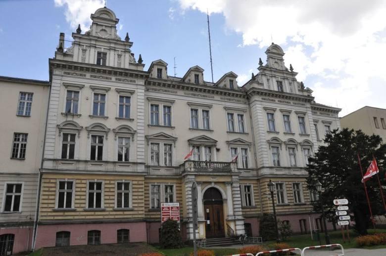 Rozpoczęły się prace przy termomodernizacji urzędy przy ul. Katowickiej 1, w którym mieści się urząd miejski i starostwo powiatowe. W zakres prac wchodzi
