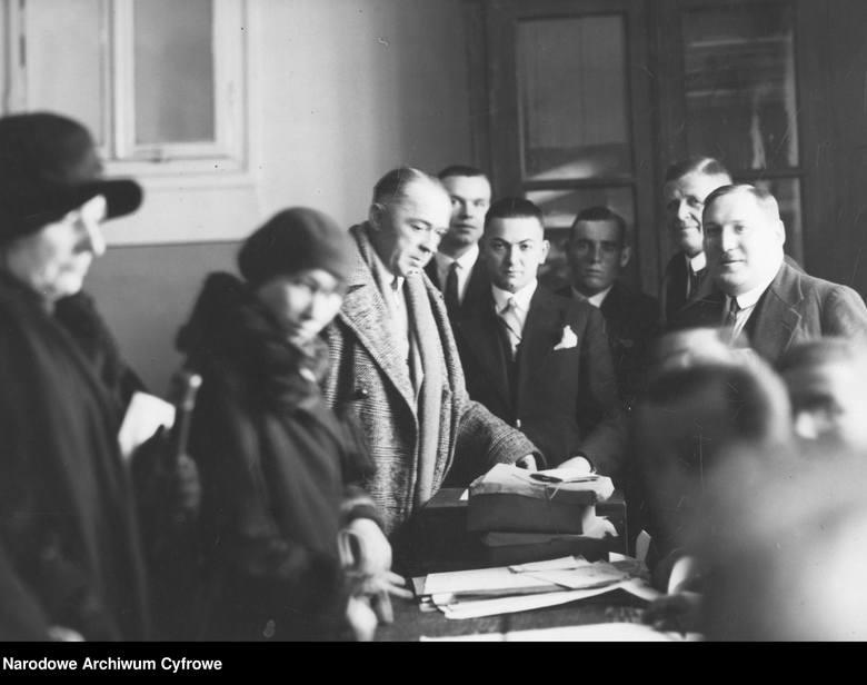 Jak głosowaliśmy 50 i 100 lat temu? Zobacz archiwalne zdjęcia z wyborów. Lokale wyborcze pękały w szwach!Aktor Kazimierz Junosza-Stępowski (w jesionce)
