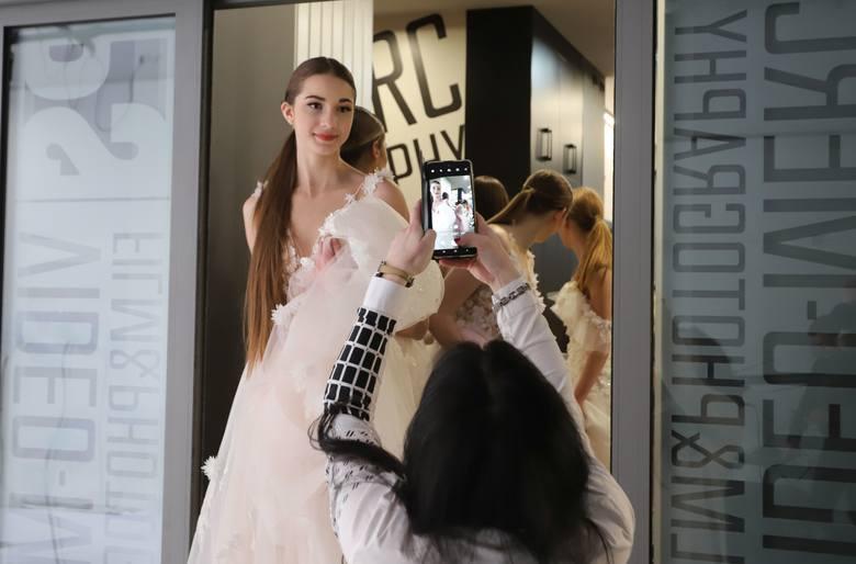 Diana Walkiewicz, projektantka mody z Radomia zorganizowała pokaz. Zobacz zapis transmisji na żywo, dużo zdjęć