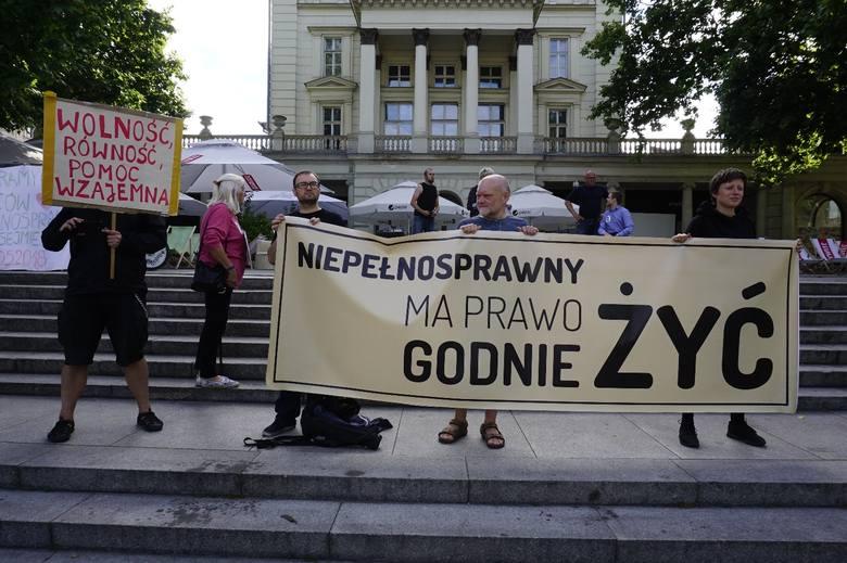 W poniedziałek na placu Wolności  zebrały się osoby chcące poprzeć postulaty Rodziców Osób Niepełnosprawnych (RON). Domagają się one m.in. aby osoby