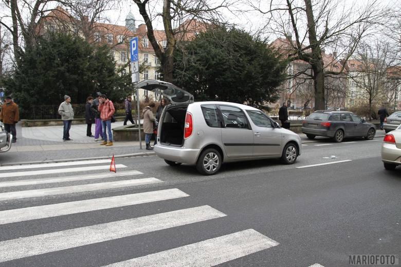 63-letni kierujący skodą potrącił 62-letnią kobietę przechodzącą prawidłowo oznakowanym przejściem dla pieszych na ul. Kołłątaja. Kobieta z obrażeniami