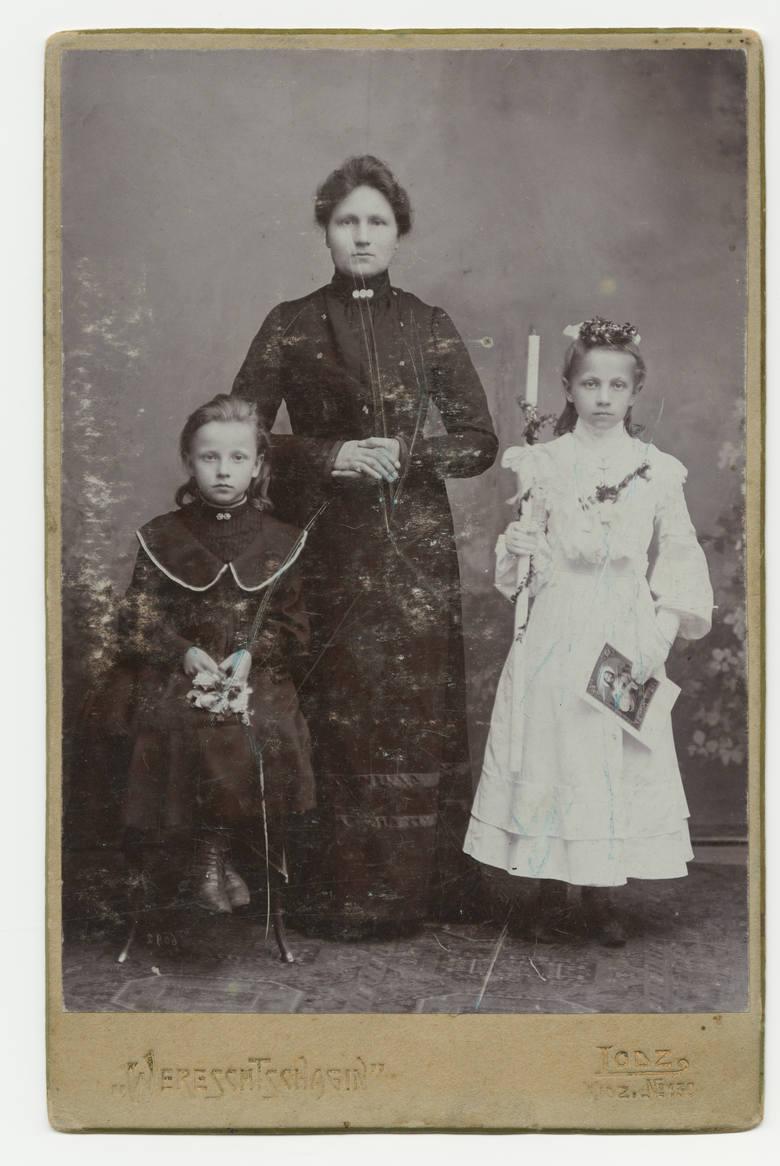 1900 rokNa początku XX wieku sukienki komunijne odpowiadały kanonowi mody kobiecej - sięgały za kolano, miały długi rękaw i towarzyszył im obowiązkowy