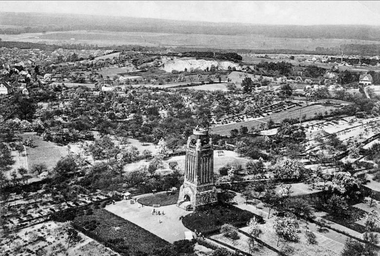 <i>Gubińska Wieża Bismarcka widziana z lotu ptaka. Lata 30. XX wieku.</i>