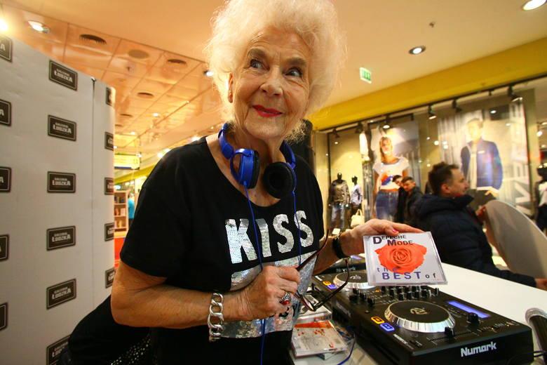 """Wirginia Szmyt, znana bardziej jako DJ Wika, grała w Łodzi w trakcie akcji """"Z miłości do książek i winyli"""""""
