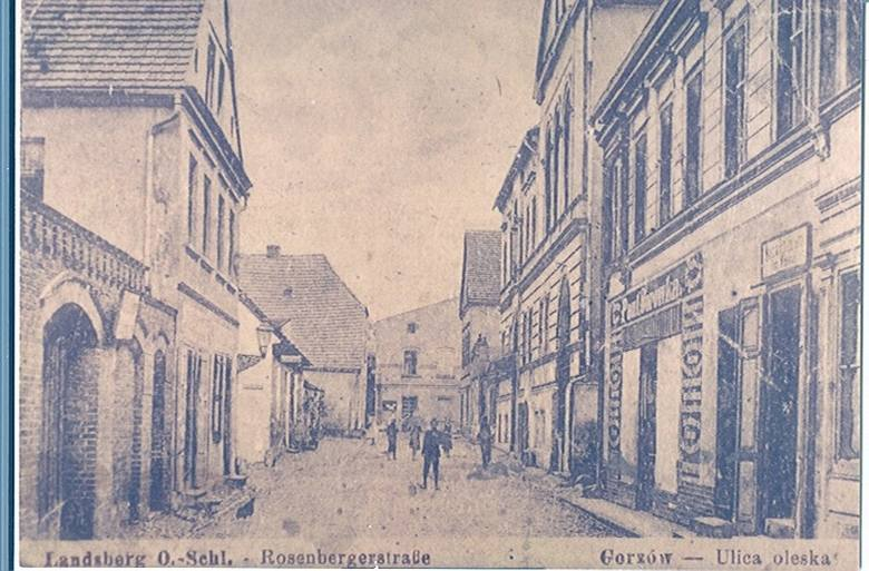 Widok z dawnej Rosenberger Strasse (ulicy Oleskiej) w stronę rynku, ok. 1918 r.Nie ma już widocznego po prawej stronie sklepu kolonialnego Paula Sorowki.