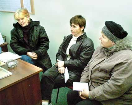 Anna Babula (pierwsza z lewej), tak jak inne mamy dzieci specjalnej troski (od lewej - Beata Ząbek, Zuzanna Grela) przyznaje, że wciąż nie wierzy w swoje
