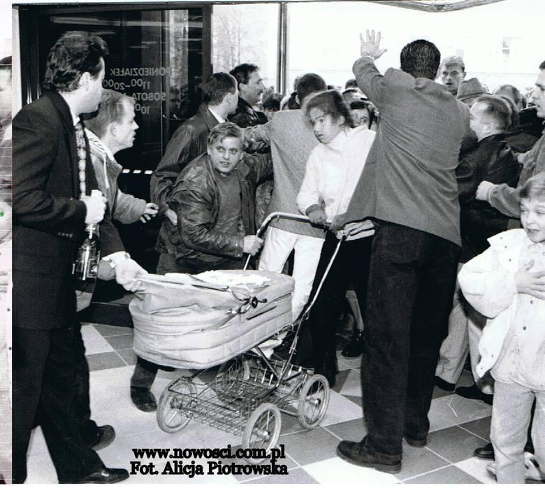 Oj, ożyły wspomnienia! Niedawno pokazaliśmy kilka zdjęć z otwarcia Filmaru w październiku 1996 roku. Posypały się komentarze - a tu był taki sklep, a