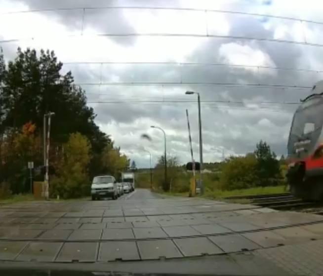 Chwile grozy przeżyli kierowcy samochodów, którzy jako pierwsi czekali na przejazd przez tory kolejowe na strzeżonym przejeździe na ul. Malowniczej w