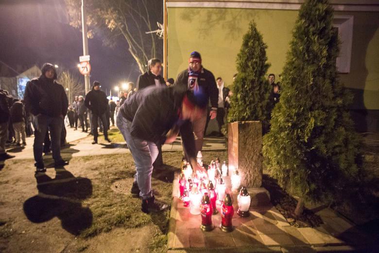 Kibice słupskich klubów Czarnych i Gryfa oraz sympatycy klubów z Pomorza uczcili na miejscu tragedii przy ulicy Szczecińskiej rocznicę śmierci Przemka
