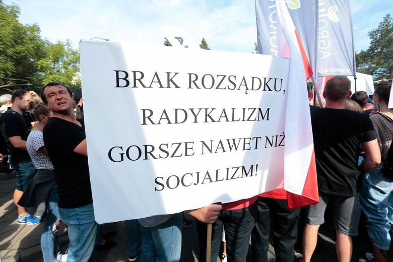 """Przeciwko """"Piątce Kaczyńskiego"""" suweren protestuje w całej Polsce."""